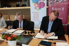 Signature of the MoU by Director General Ristori (left) and Rector Monar (right)